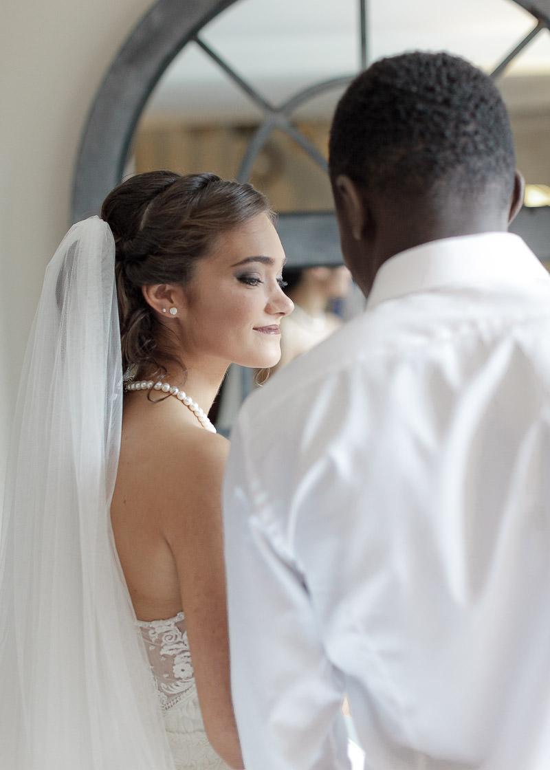 La mariée sourit