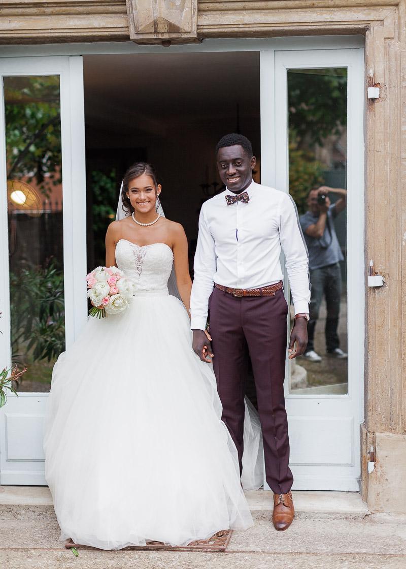Les mariés sortent dehors