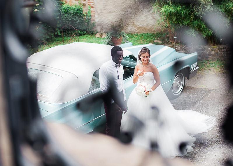 Les mariés en photo devant une cadillac verte