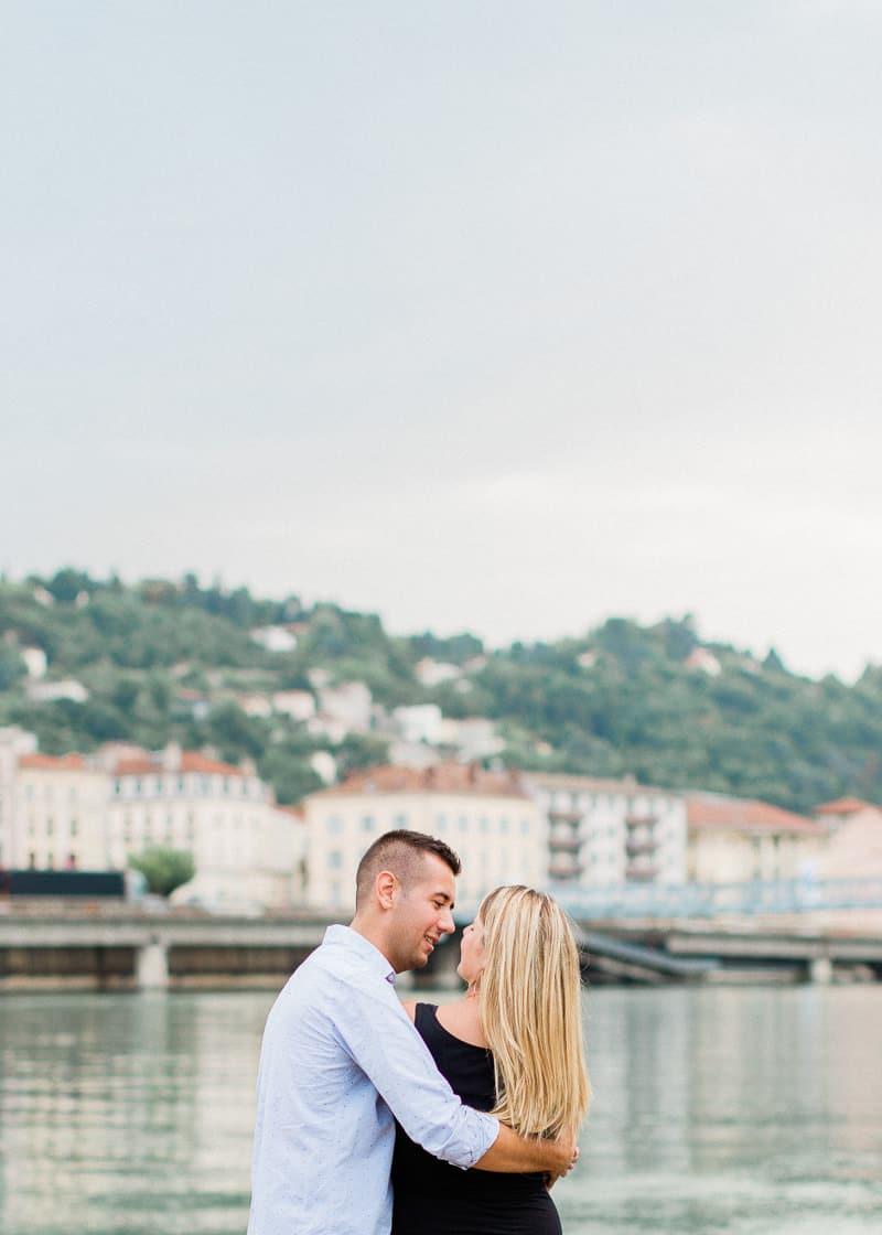 Plan large d'un couple d'amoureux avec en arrière plan le Rhône