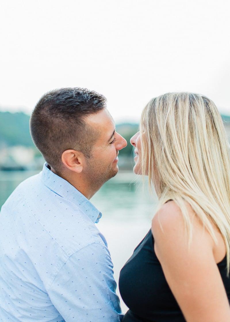 Regard amoureux pendant une séance photo de couple