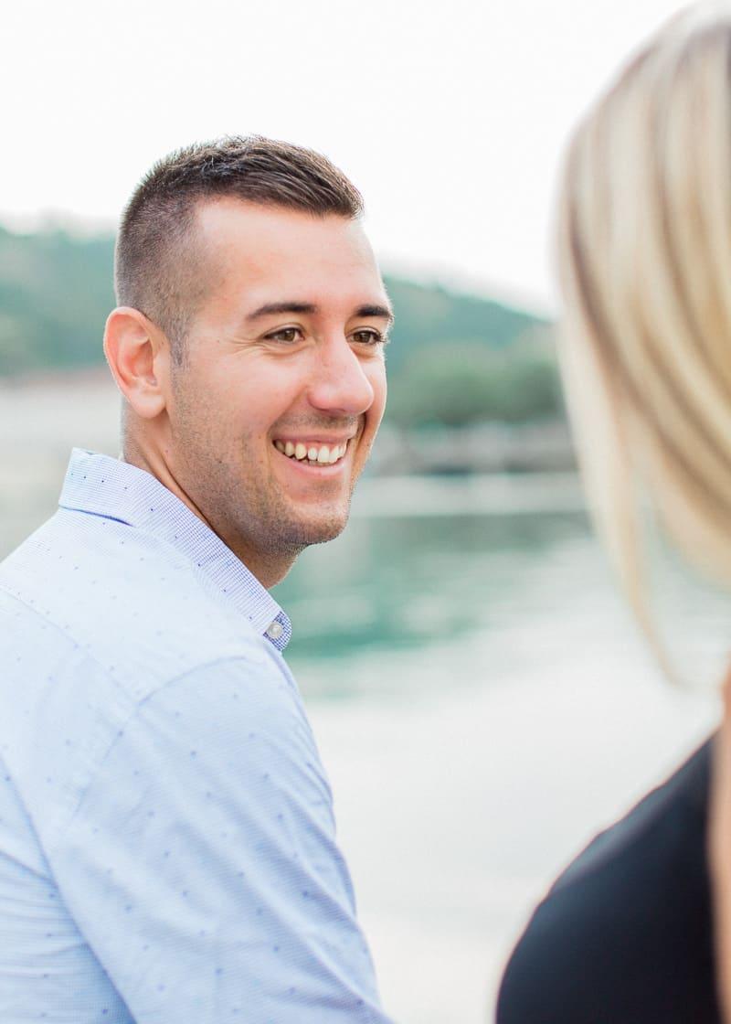 Séance lifestyle à Lyon. Le mari sourit à sa femme