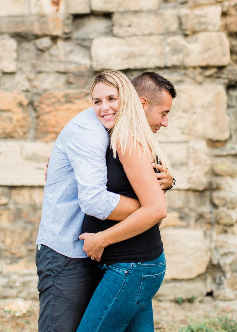 Un couple s'enlace à Saint Colombe dans le Rhône