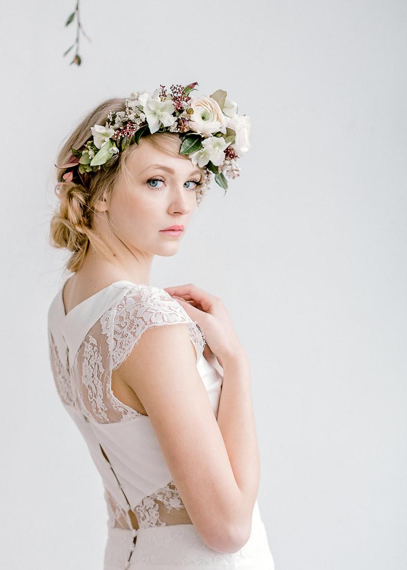 coiffure de mariage et fleurs dans les cheveux