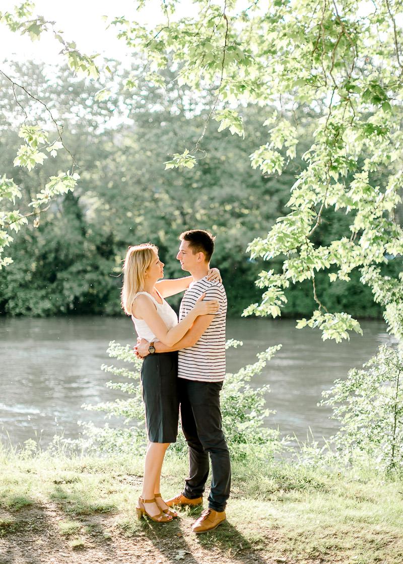Un couple au bord de l'eau