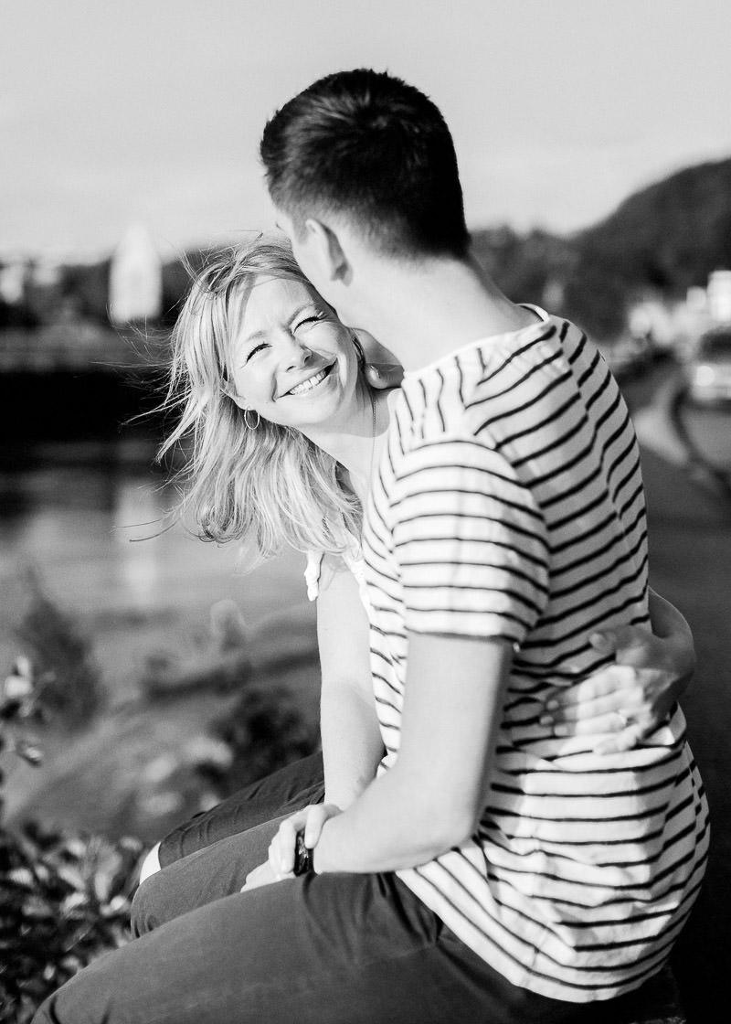 Amoureux assis au bord de l'eau photographe Ile Barbe