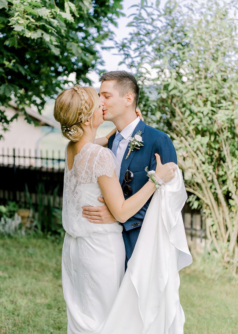 Les mariés s'embrasse