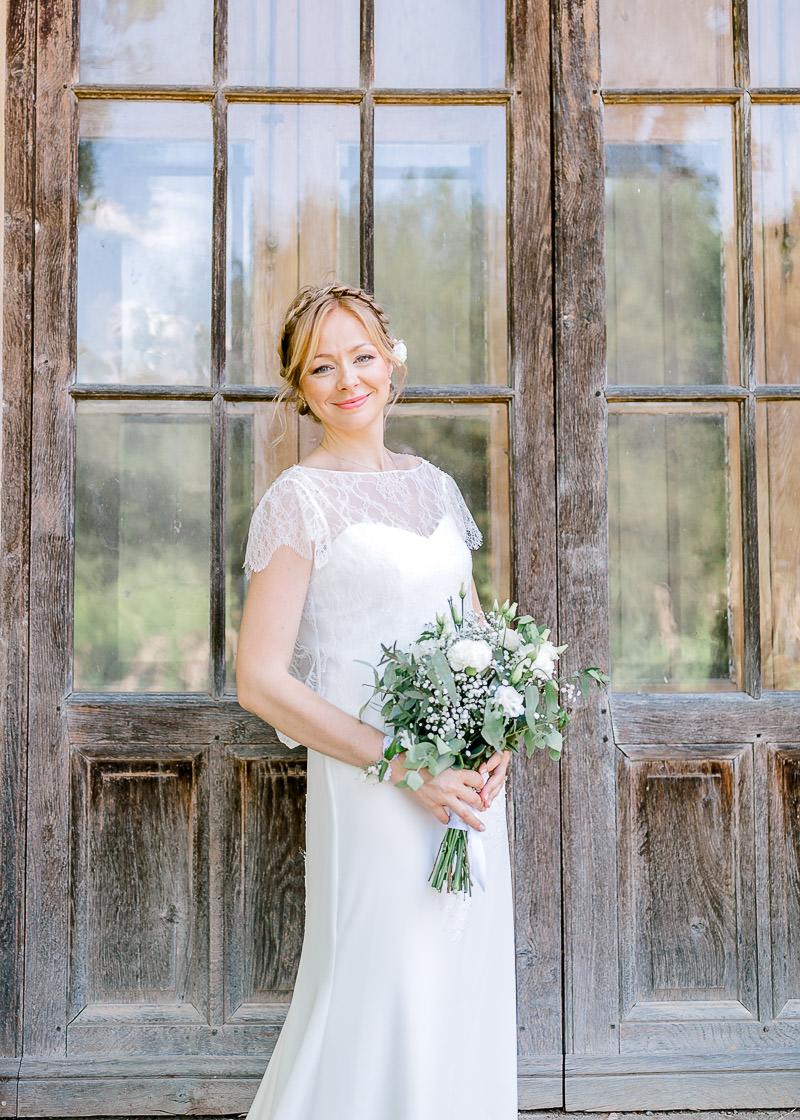 La mariée avec son bouquet au domaine de la genetière