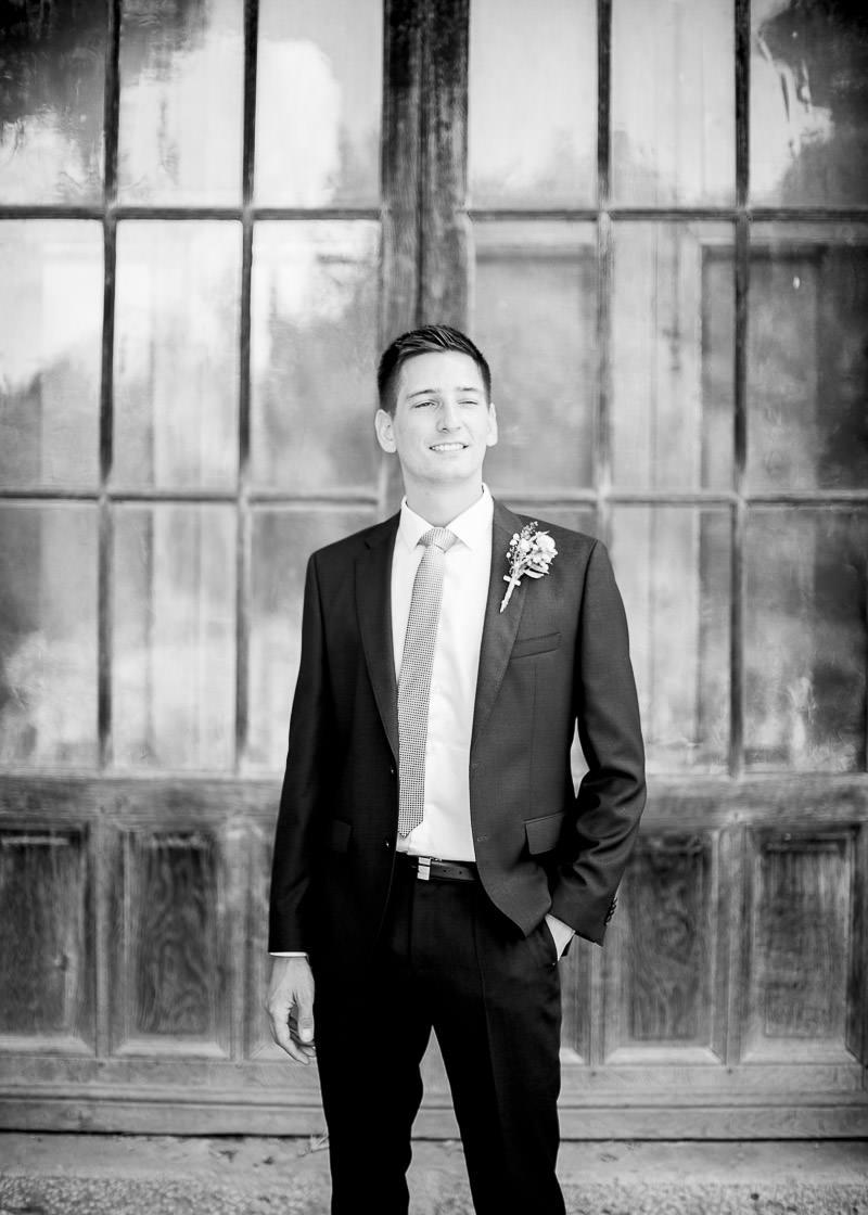 Photo en noir et blanc du marié