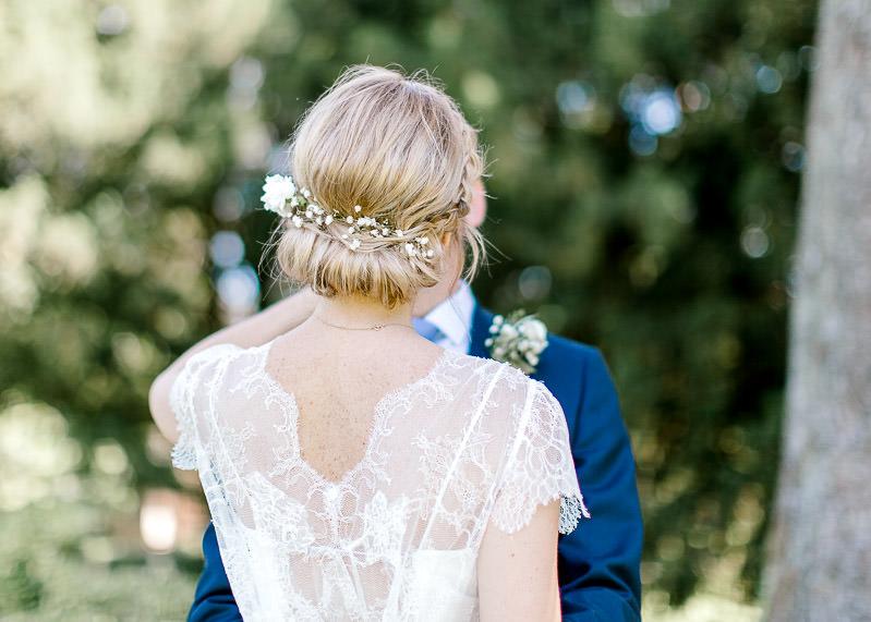 Fleurs dans les cheveux de la mariée