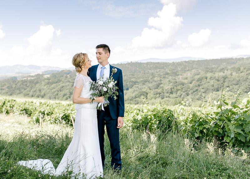Photo des mariés dans les vignes du beaujolais