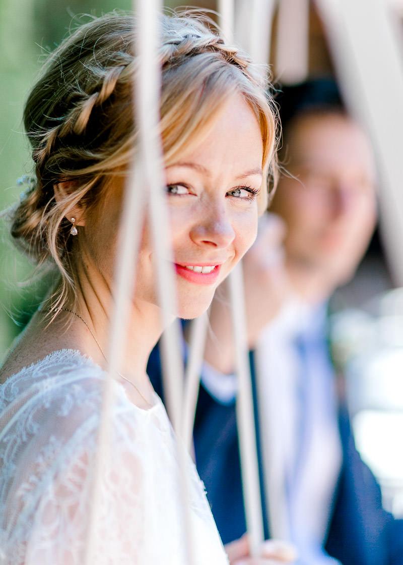 La mariée sur la balancelle au domaine Genetière