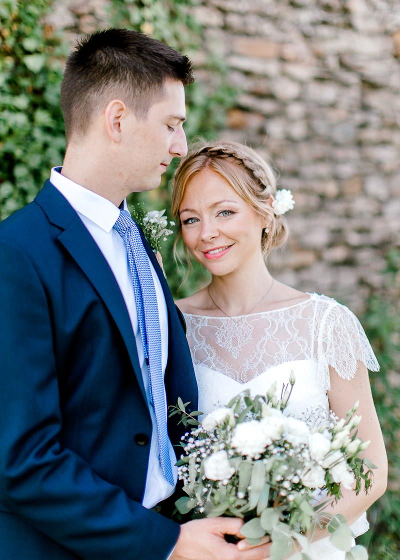 Couple de mariés dans la cour du Domaine de la Genetière