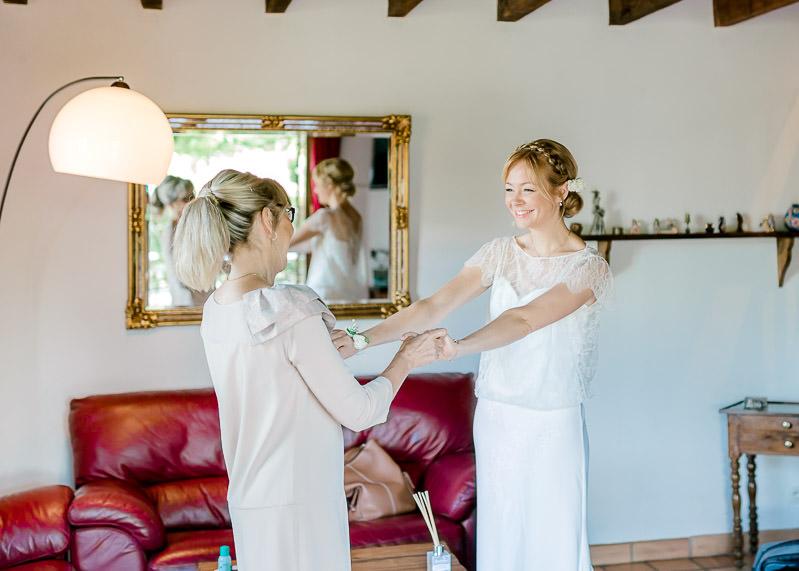 La mariée et sa mère se tiennent par les mains