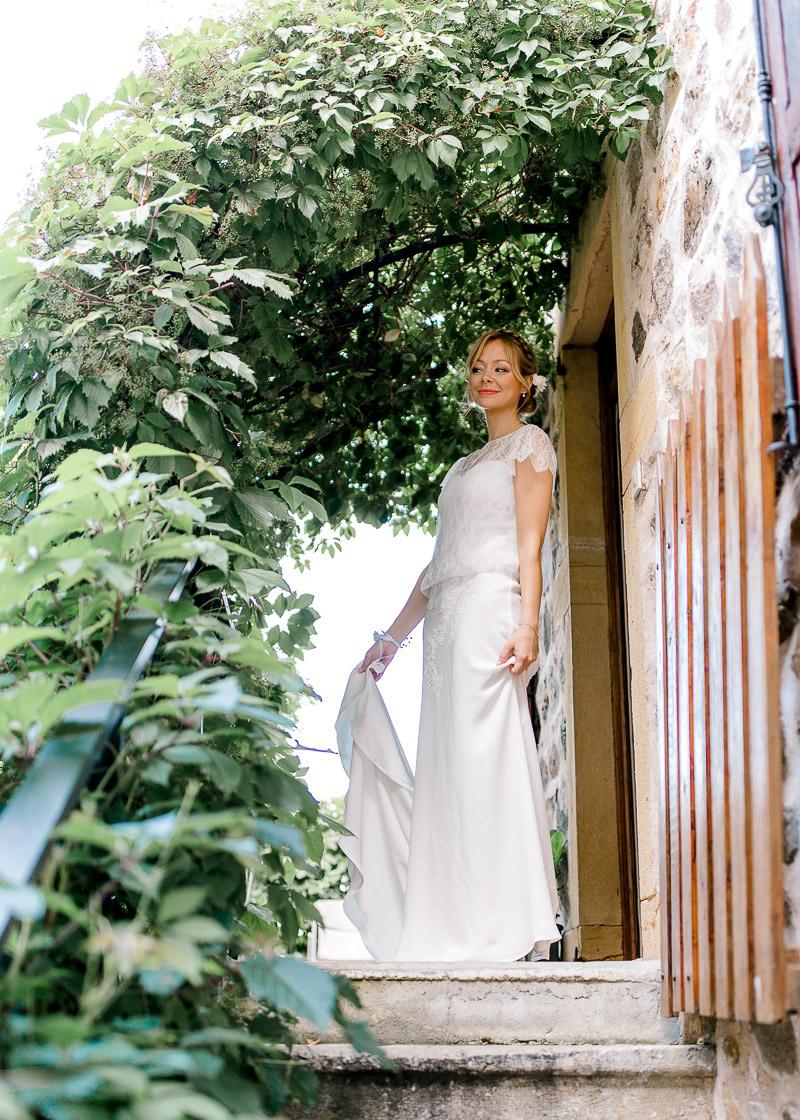 La mariée sur le palier en attendant son mari