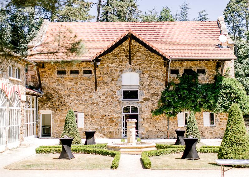 cour interieur château des gaudras mariage