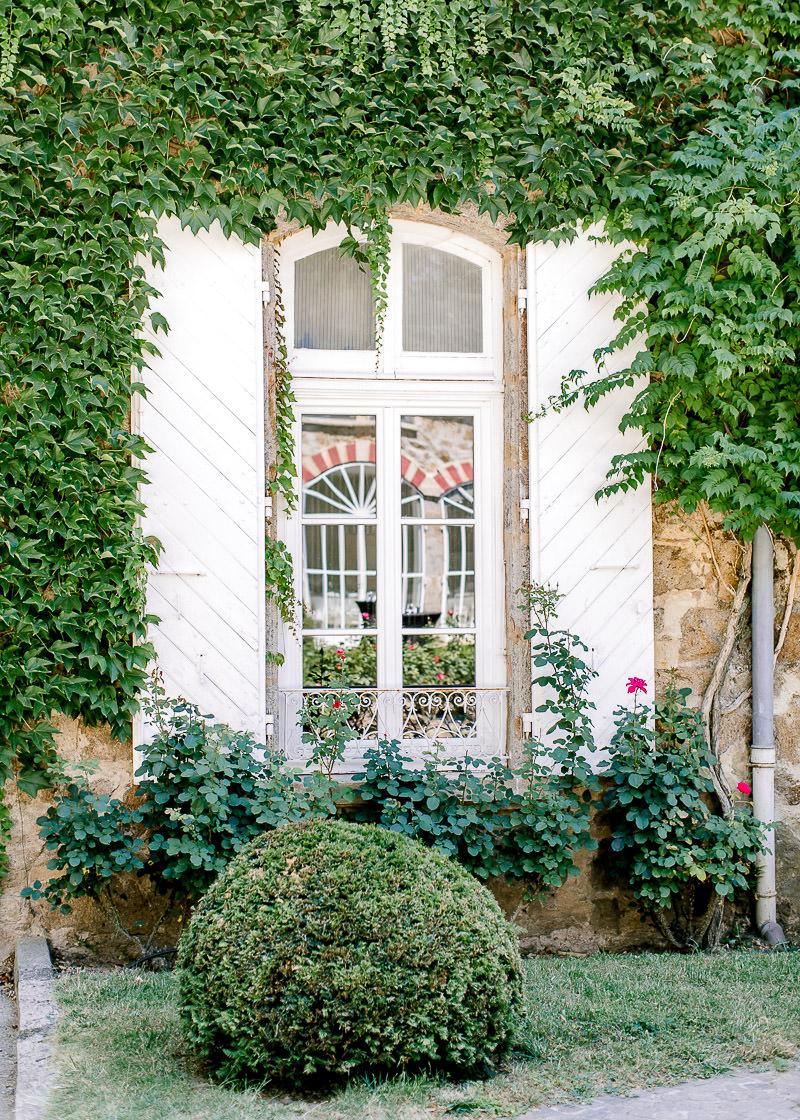 fenêtre blanche au chateau des gaudras