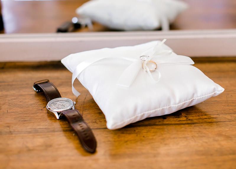 gros plan sur la montre du marié