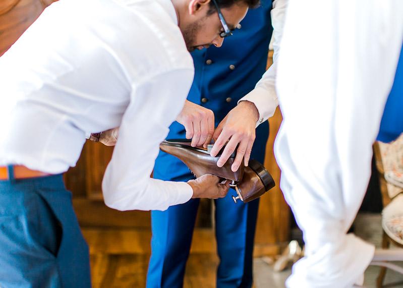 les témoins du marié apporte les chaussures du marié