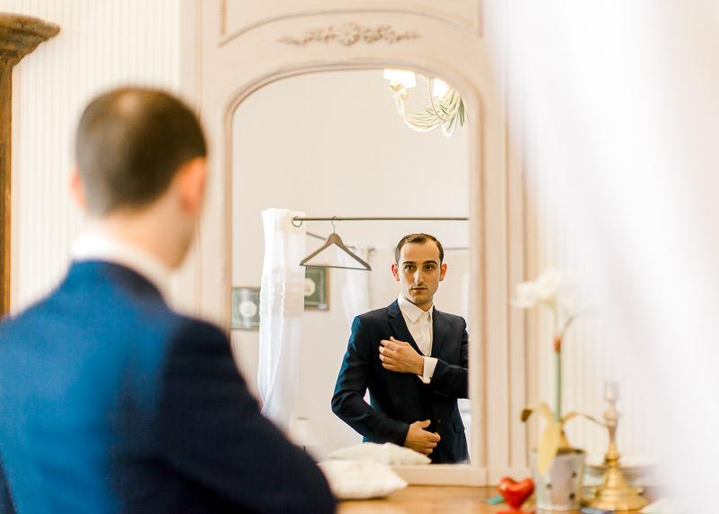le marié se regarde dans le miroir, il est prêt