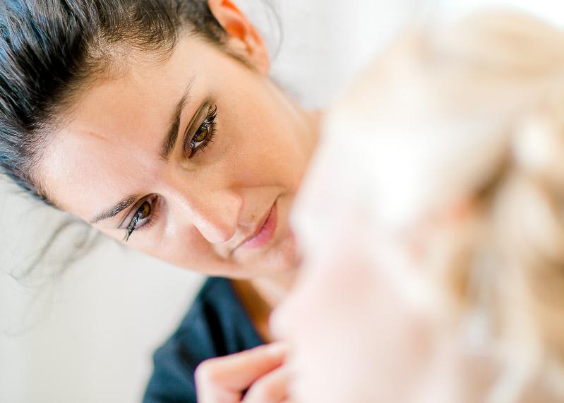 la mariée se fait maquiller
