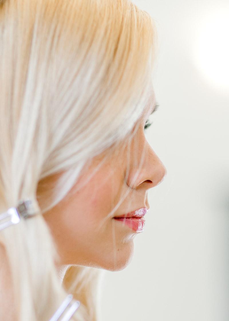 profil de la mariée pendant les préparatifs