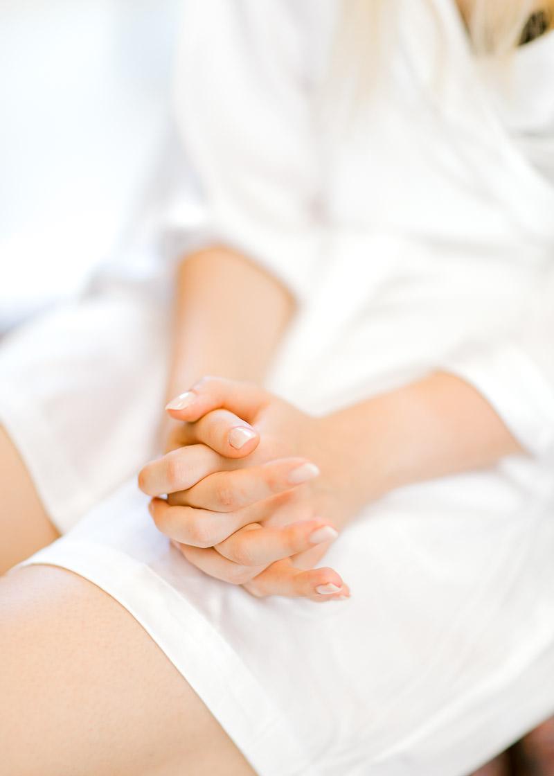 la mariée à les mains jointes et les doigts croisés