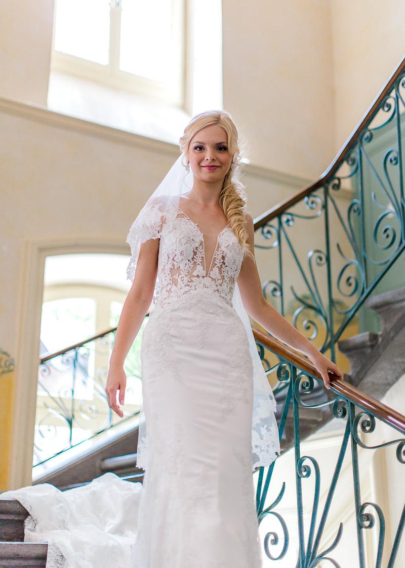 la mariée descend les escaliers au château des gaudras
