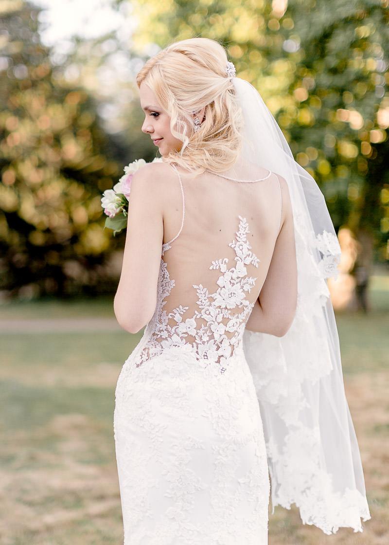 le dos de la mariée avec sa robe en dentelle