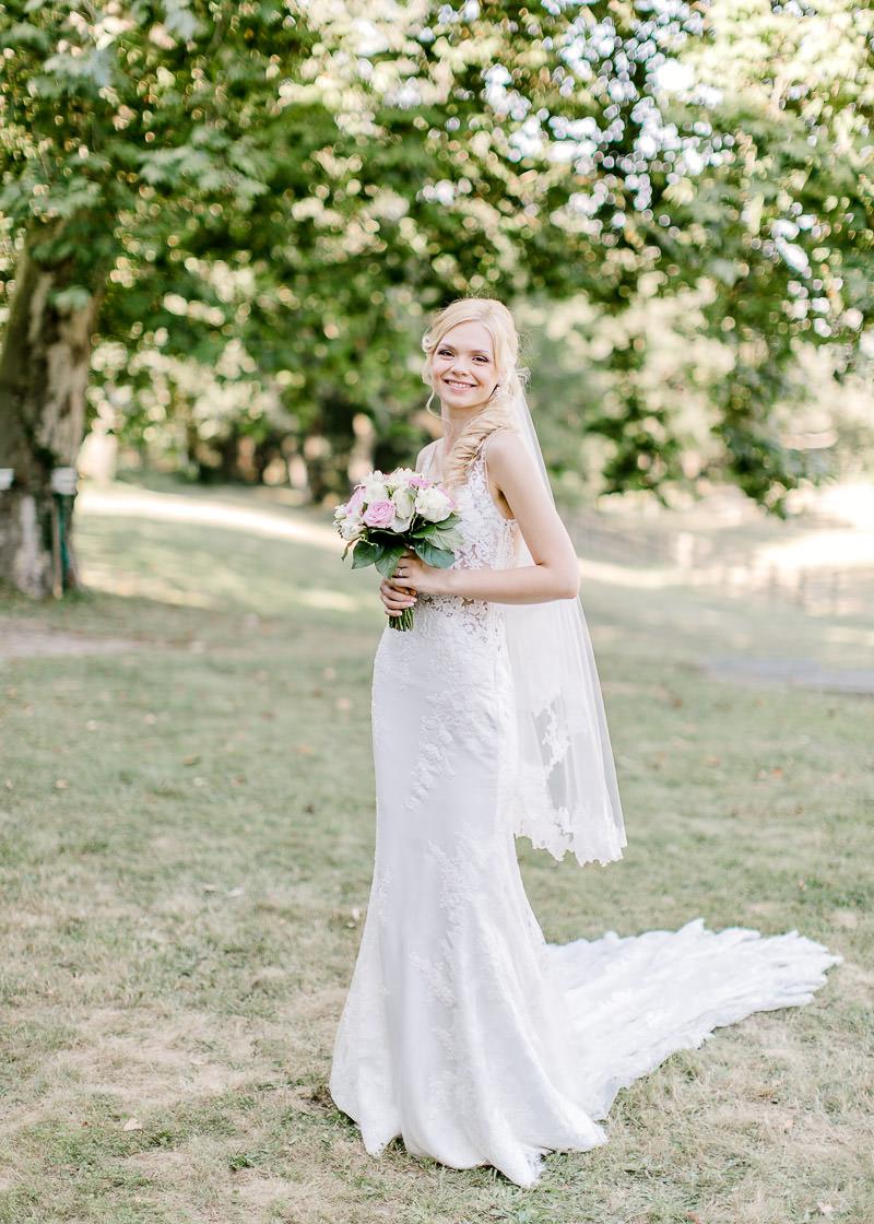la mariée dans le parc du château des gaudras