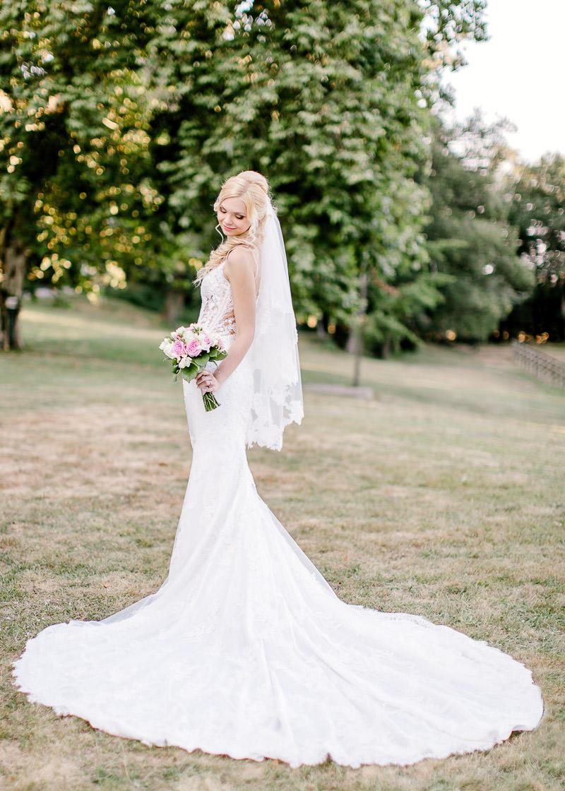 la mariée regard son bouquet de fleurs