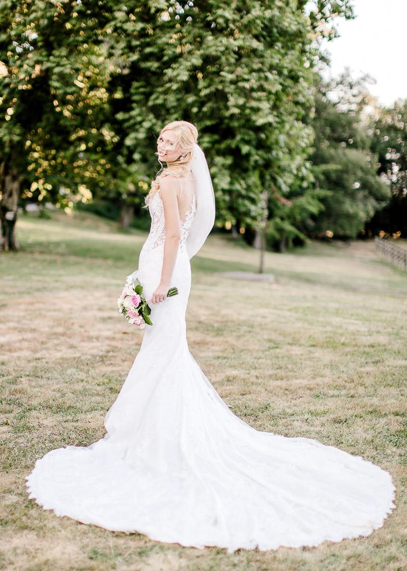 la mariée de dos avec son bouquet de fleurs