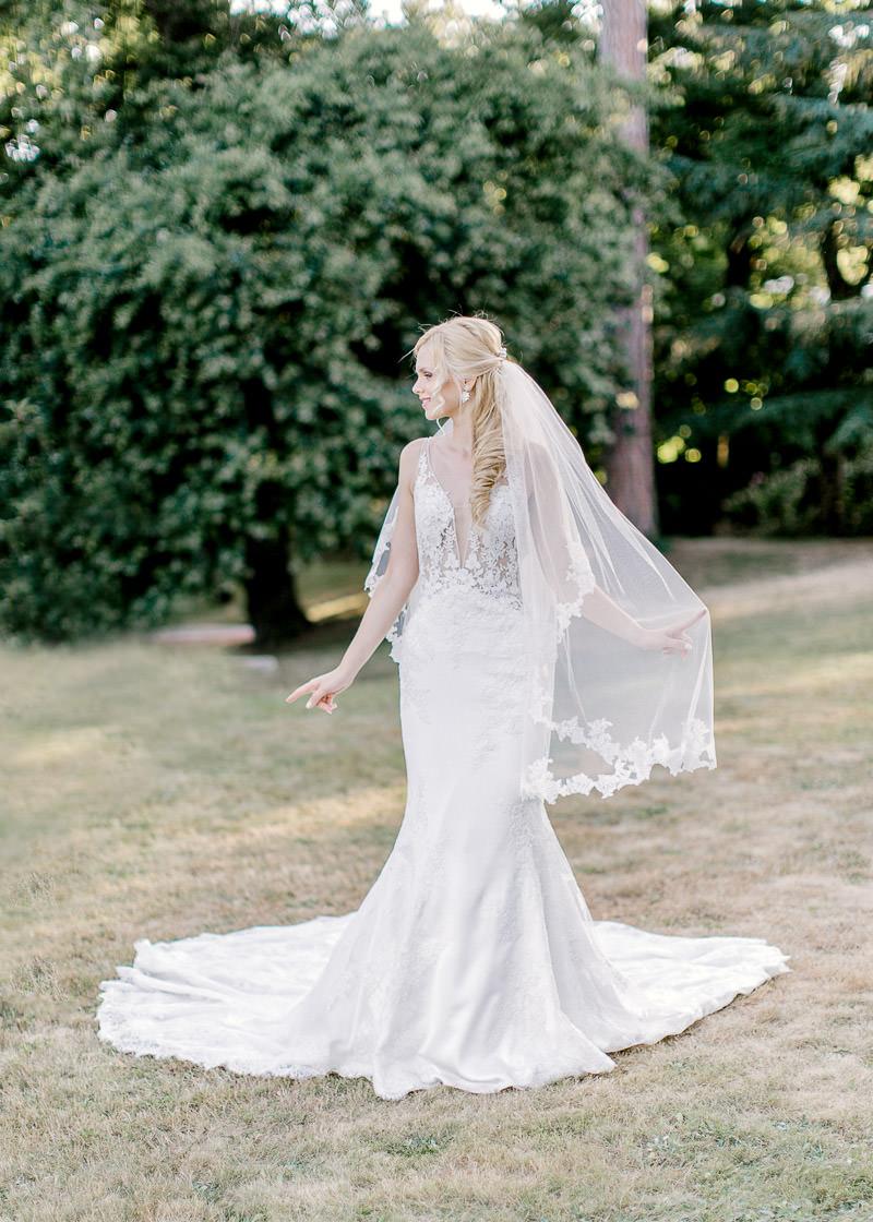 la mariée rejoint le marié dans le parc du château des gaudras