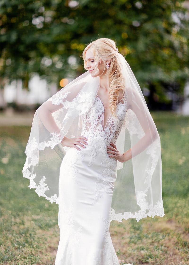 la mariée pose pour une photo de face