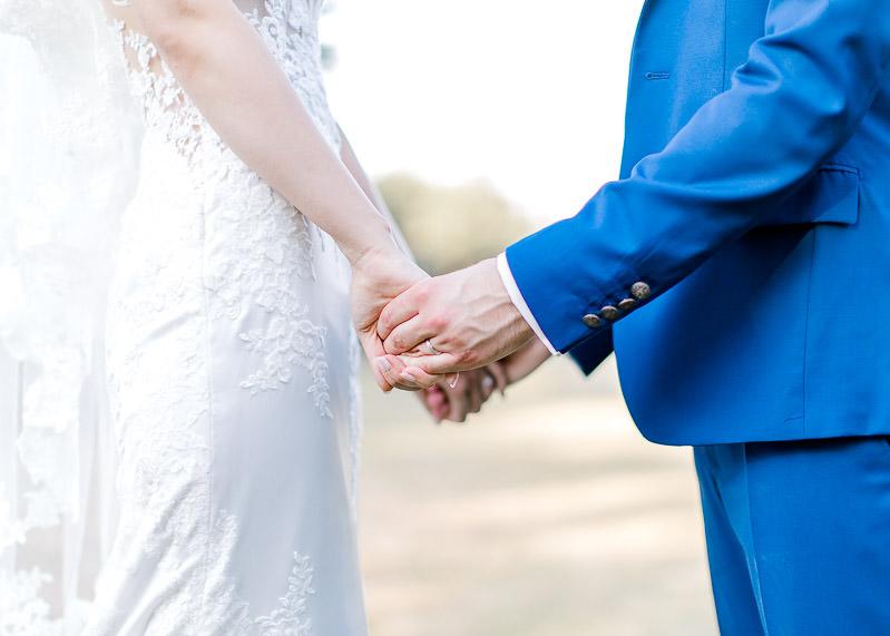 les mariés se tiennent par la main
