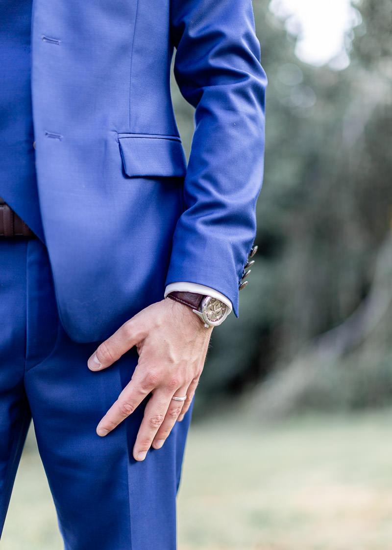 photo de détail de la montre du marié