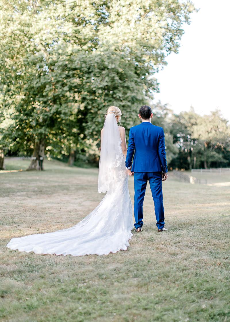 les mariés de dos se tiennet par la main