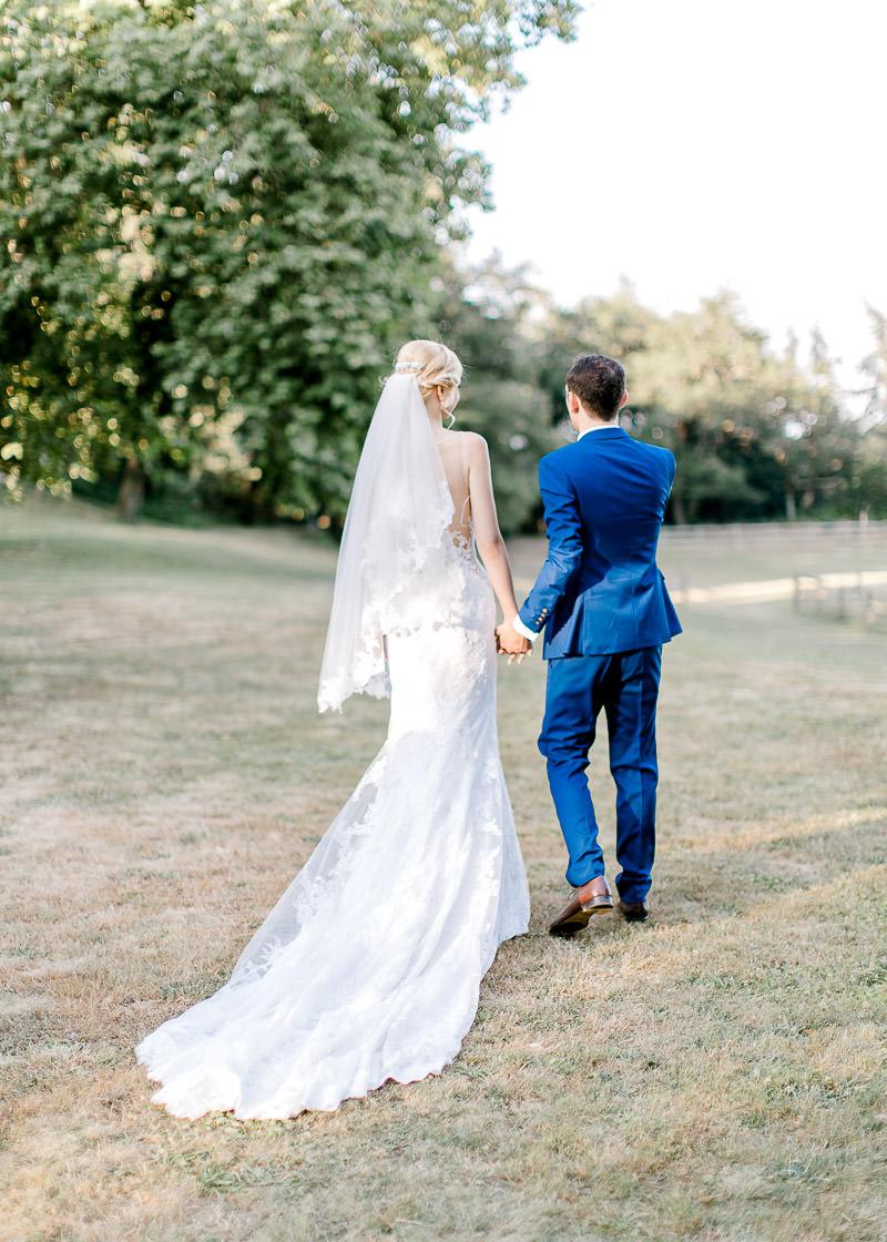 les mariés partent vers l'orangerie du château des gaudras