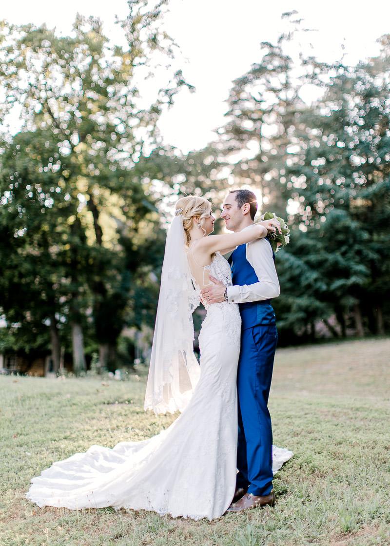 la mariée tiens son mari par le cou