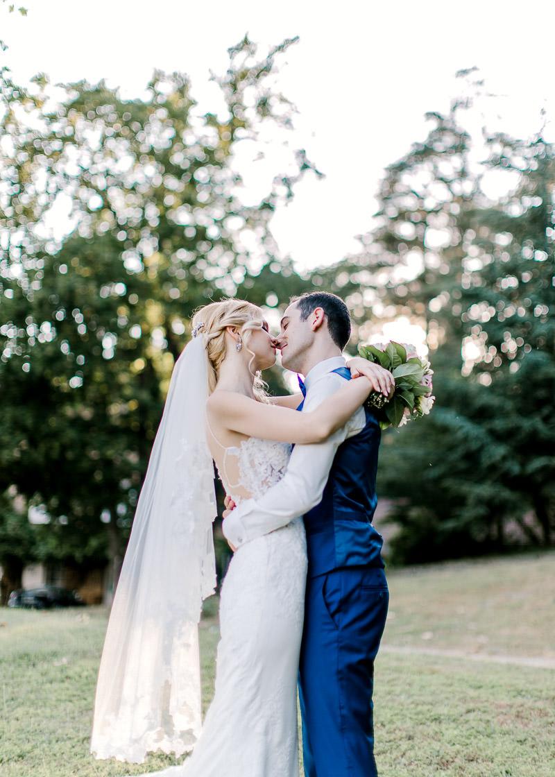 """les mariés s""""enlasse dans le parc du château des gaudras"""