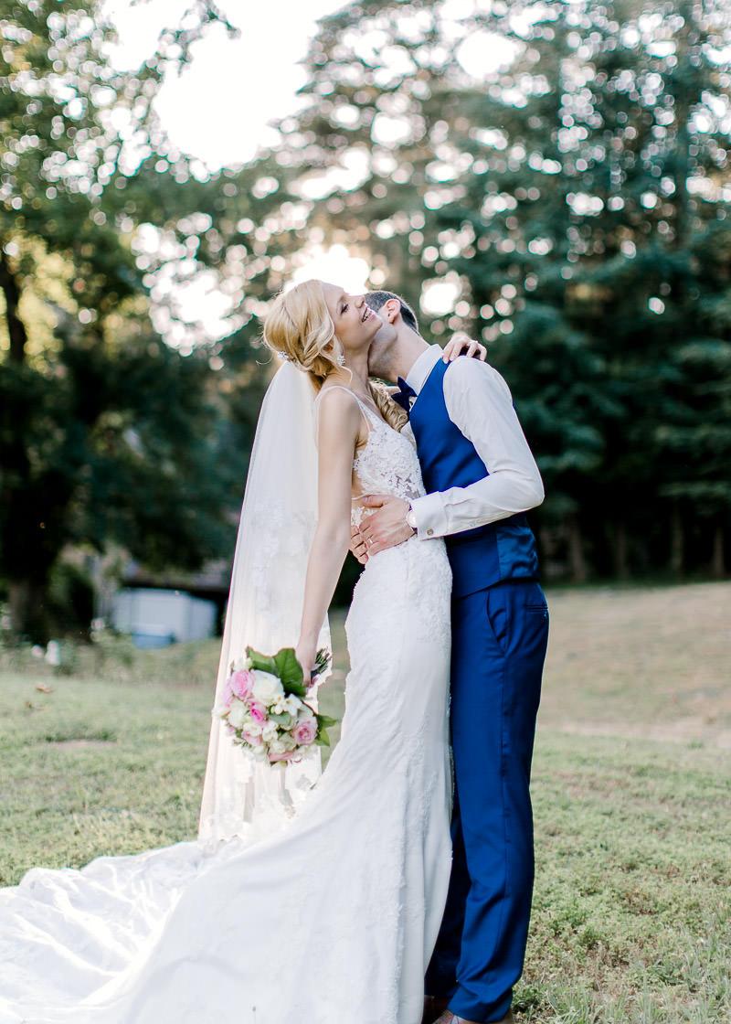 le marié fait un bisous dans le cou à la mariée