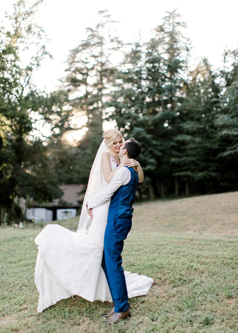 le marié soulève la mariée et la fait tourner