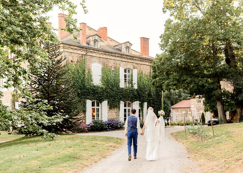 les mariés marchent main dans la mains