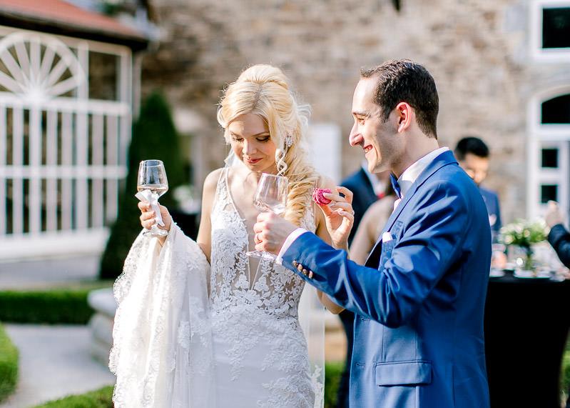 les mariés boivent du champagne dans la cou du château
