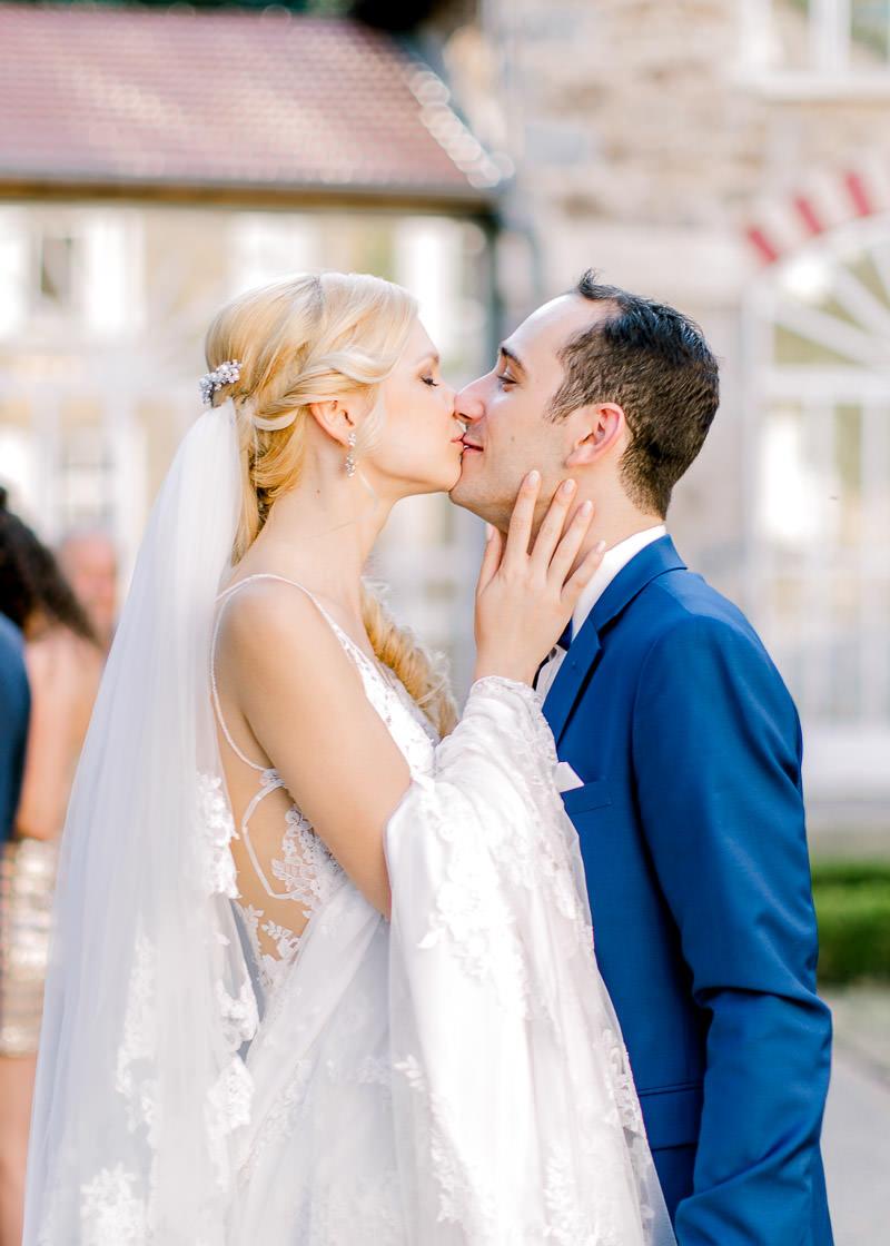 les mariés s'embrasse pendant le cocktail