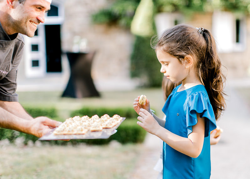 macaron au mariage, une enfant est ravie