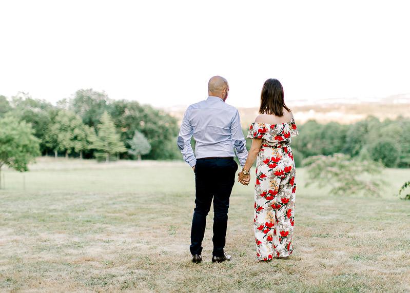 un couple contemple le paysage de roiffieu