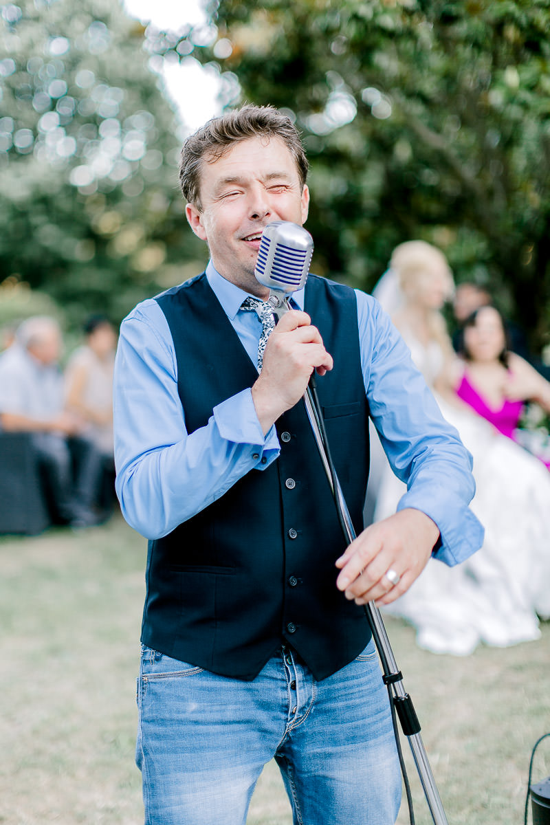 un chanteur met l'ambiance au mariage au château des gaudras