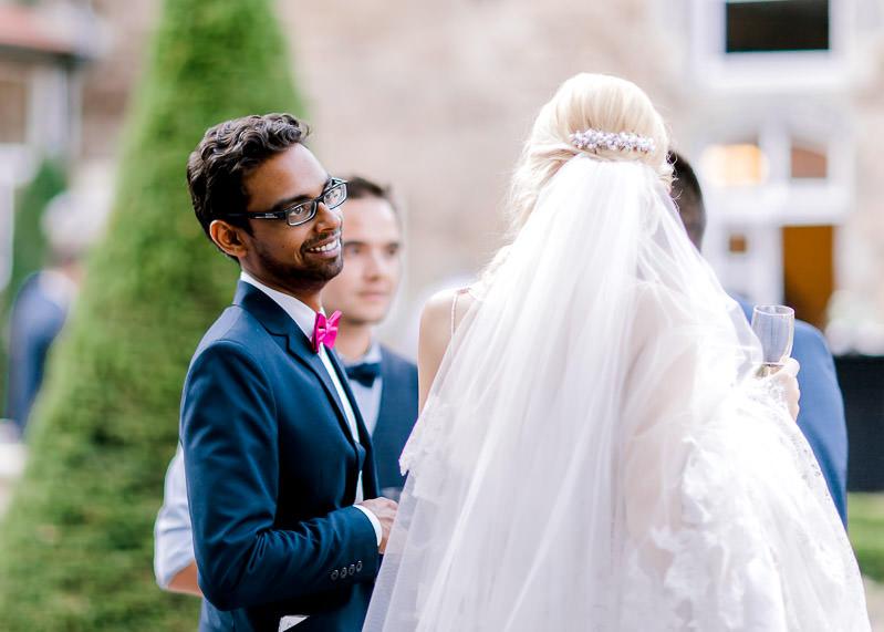 le témoin du marié discute avec la mariée