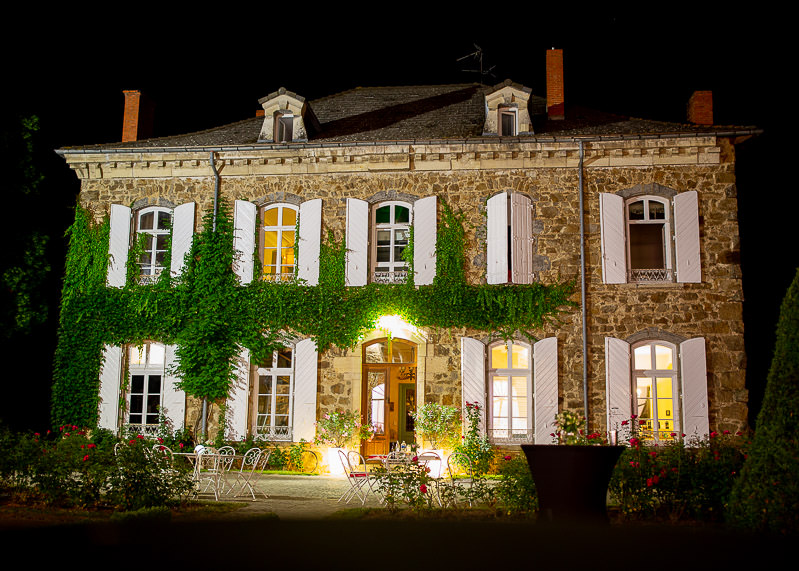 facade du château des gaudras de nuit